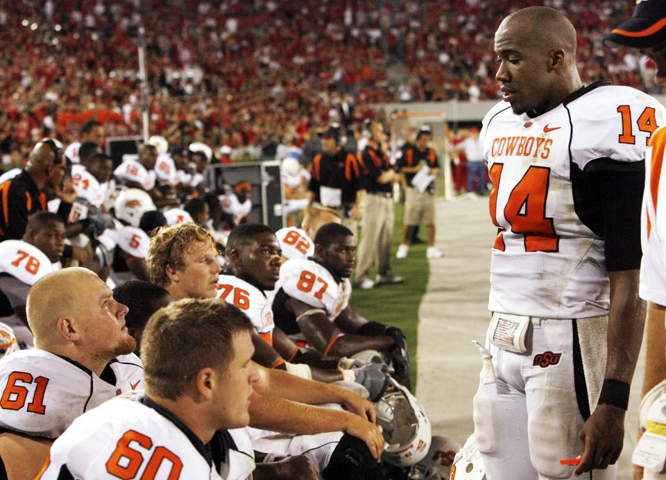 Photo - OSU's Bobby Reid (14) talks to the offensive line in the fourth quarter during the college football game between the Oklahoma State University Cowboys and the University of Georgia Bulldogs at Sanford Stadium in Athens, Ga., Saturday, September 1, 2007. Georgia won, 35-14. By Nate Billings, The Oklahoman ORG XMIT: KOD