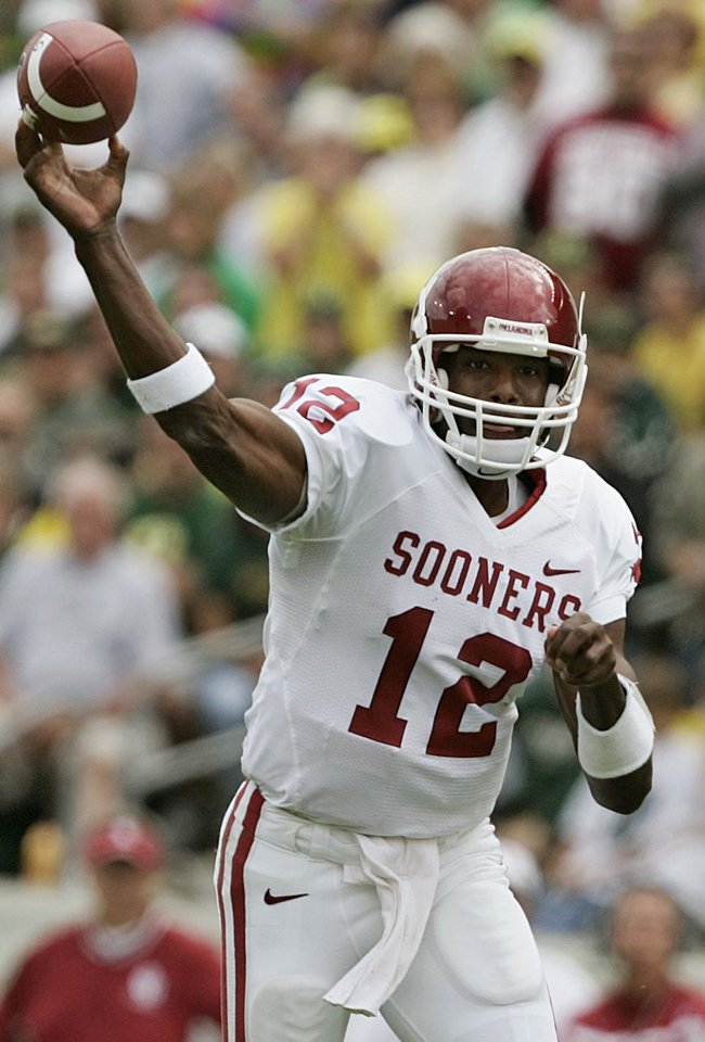Photo - Oklahoma quarterback Paul Thompson throws the ball against Oregon in the first half during the University of Oklahoma Sooners (OU) college football game against University of Oregon Ducks (UO) at Autzen Stadium, on Saturday, Sept. 16, 2006, in Eugene, Ore.    by Bryan Terry, The Oklahoman  ORG XMIT: KOD