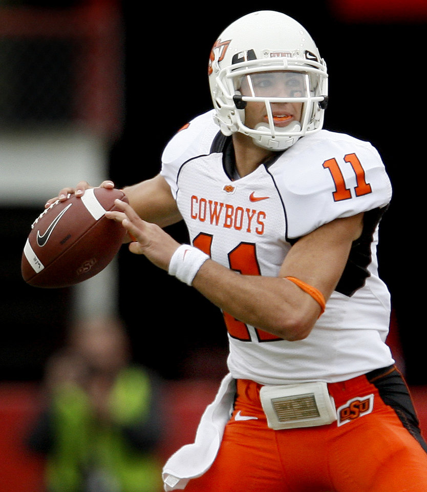 Photo - Zac Robinson of OSU drops back to pass during  the college football game between Oklahoma State University (OSU) and the University of Nebraska at Memorial Stadium in Lincoln, Neb., on Saturday, Oct. 13, 2007. By Bryan Terry, The Oklahoman    ORG XMIT: KOD