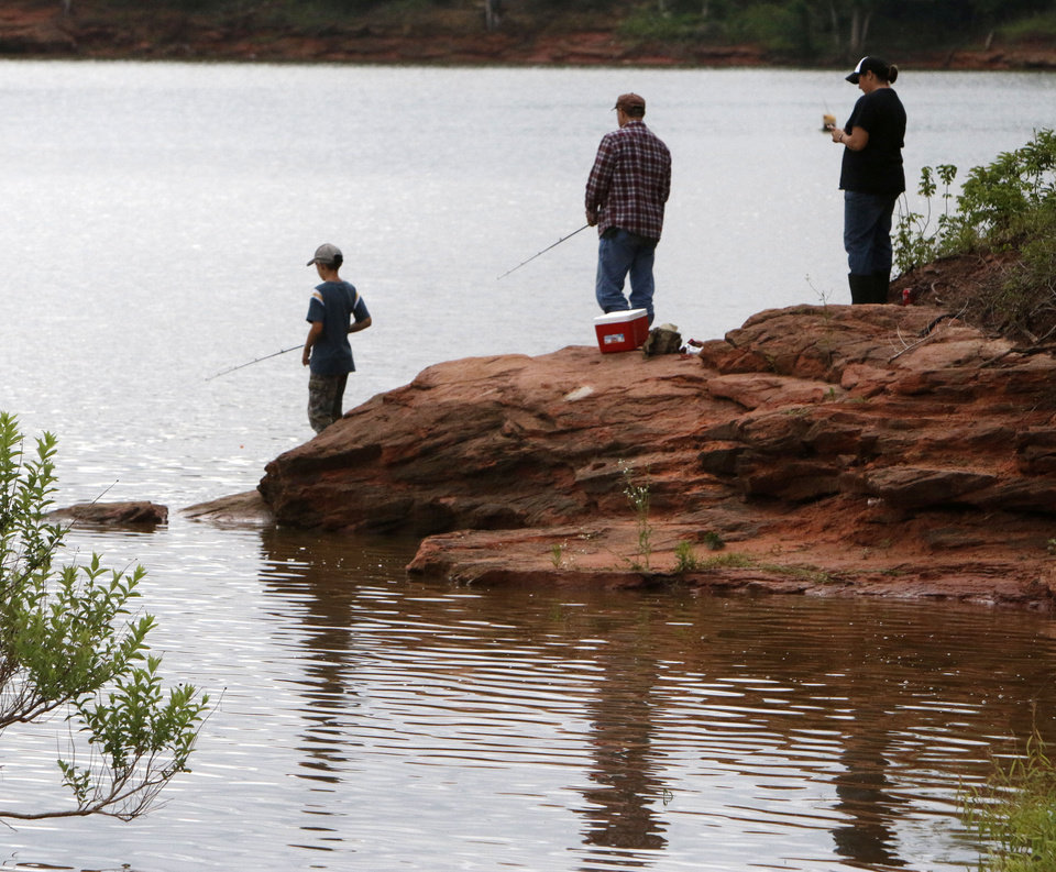 Photo -  Children and parents find what they hope will be good spot to catch a big one at Arcadia Lake's Spring Creek Park. PHOTO BY PAUL HELLSTERN, THE OKLAHOMAN   PAUL HELLSTERN -