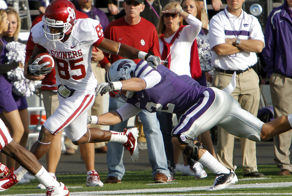 Photo - Oklahoma Sooners' Ryan Broyles (85) runs down the sideline past Kansas State Wildcats' Tysyn Hartman (2) for a touchdown during the college football game between the University of Oklahoma Sooners (OU) and the Kansas State University Wildcats (KSU) at Bill Snyder Family Stadium on Sunday, Oct. 30, 2011. in Manhattan, Kan. Photo by Chris Landsberger, The Oklahoman  ORG XMIT: KOD
