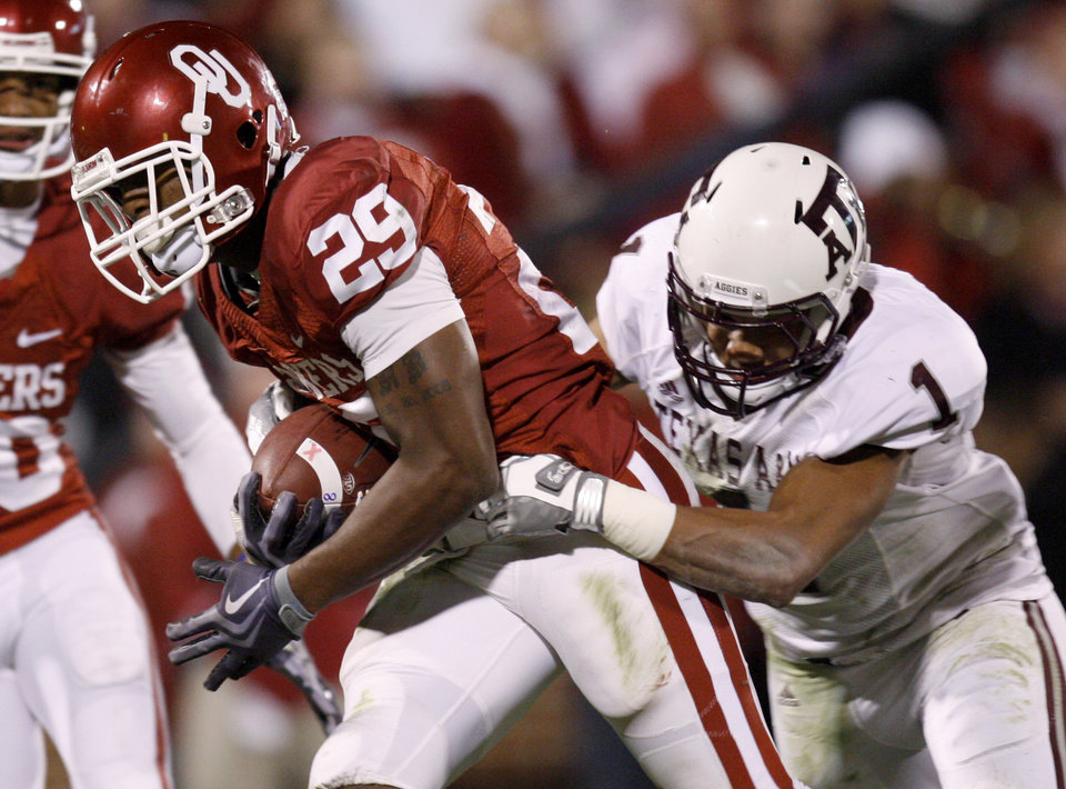 Photo - OU's Chris Brown scores a touchdown past Texas A&M's Trent Hunter during the Big 12 college football game between the University of Oklahoma Sooners and the Texas A&M Aggies at Gaylord Family - Oklahoma Memorial Stadium in Norman, Okla., Saturday, November 14, 2009.  Photo by Bryan Terry, The Oklahoman