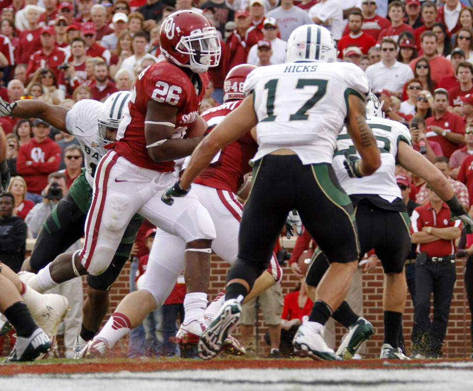 Photo - Oklahoma's Damien Williams (26) scores a touchdown in front of Baylor's Mike Hicks (17) during the college football game between the University of Oklahoma Sooners (OU) and Baylor University Bears (BU) at Gaylord Family - Oklahoma Memorial Stadium on Saturday, Nov. 10, 2012, in Norman, Okla.  Photo by Chris Landsberger, The Oklahoman