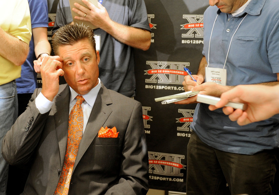 Photo - Mike Gundy's team isn't expected to do well in 2010. AP PHOTO