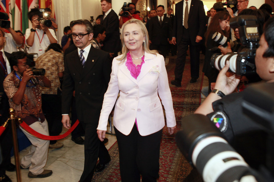 Photo -   US State Secretary Hillary Rodham Clinton, center, walks with Indonesian Foreign Minister Marty Natalegawa after their meeting in Jakarta, Indonesia, Monday, Sept. 3, 2012. (AP Photo/Dita Alangkara)
