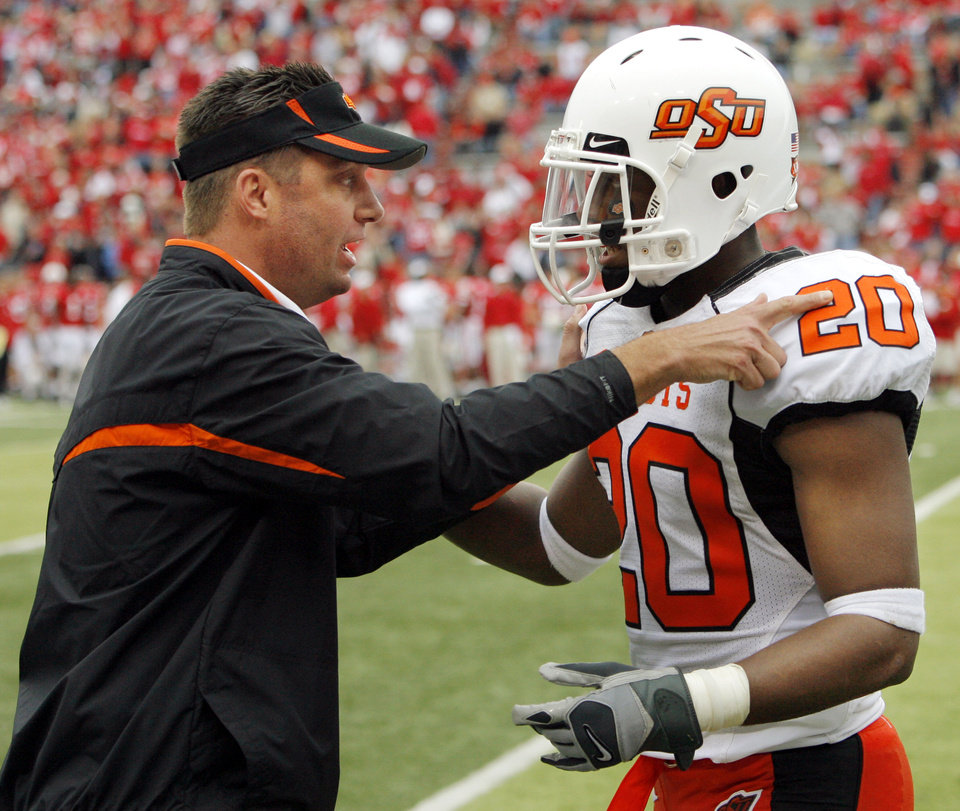Photo - OSU head coach Mike Gundy talks to Andre Sexton (20) during the college football game between Oklahoma State University (OSU) and the University of Nebraska (NU) at Memorial Stadium in Lincoln, Neb., Saturday, October 13, 2007. OSU won, 45-14. By Nate Billings, The Oklahoman