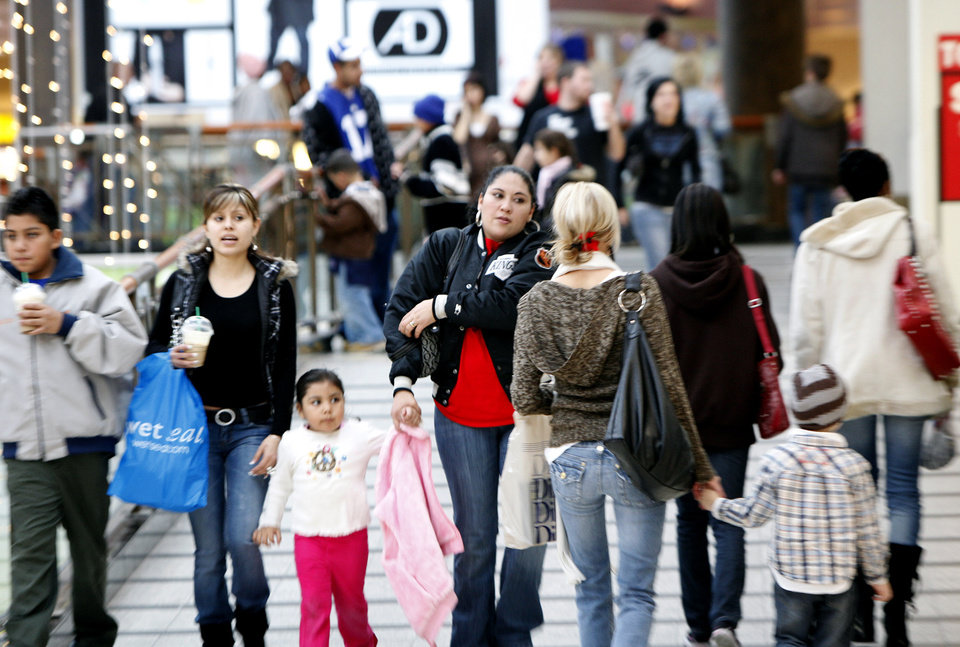Photo - HOLIDAY / CHRISTMAS SHOPPERS / SHOP: Customers do last-minute shopping at Penn Square Mall, Wednesday, Dec. 23, 2009, in Oklahoma City. Photos by Sarah Phipps, The Oklahoman ORG XMIT: KOD