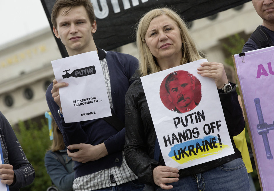 Photo - Demonstrators protest against Russian President Vladimir Putin on occasion of his visit to Austrian President Heinz Fischer in front of Vienna's historic Hofburg palace  Tuesday June 24, 2014. Putin is on a one-day visit to Austria. (AP Photo/Herwig Prammer)