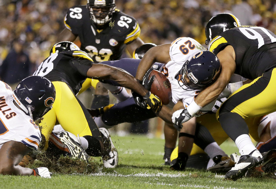 Photo - Chicago Bears running back Michael Bush (29) scores a touchdown between Pittsburgh Steelers linebacker Vince Williams (98) and defensive end Cameron Heyward (97) in the first quarter of an NFL football game in Pittsburgh, Sunday, Sept. 22, 2013. (AP Photo/Gene J. Puskar)