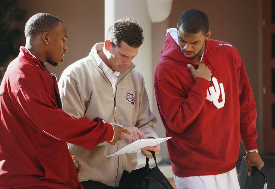 TOSTITOS FIESTA BOWL: University of Oklahoma (OU) college football defensive coordinator Brent Venables speaks with Marcus Walker (left) and Lendy Holmes as they leave their hotel in Scottsdale for practice in Phoenix, Arizona on Tuesday, December 26, 2006.  by Steve Sisney/The Oklahoman