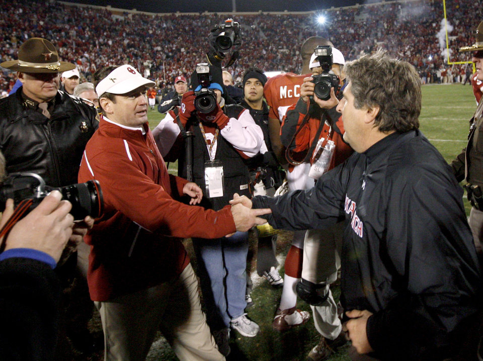 Photo - OU coach Bob Stoops and Texas Tech coach Mike Leach shake hands after the college football game between the University of Oklahoma Sooners and Texas Tech University at Gaylord Family -- Oklahoma Memorial Stadium in Norman, Okla., Saturday, Nov. 22, 2008. BY BRYAN TERRY, THE OKLAHOMAN