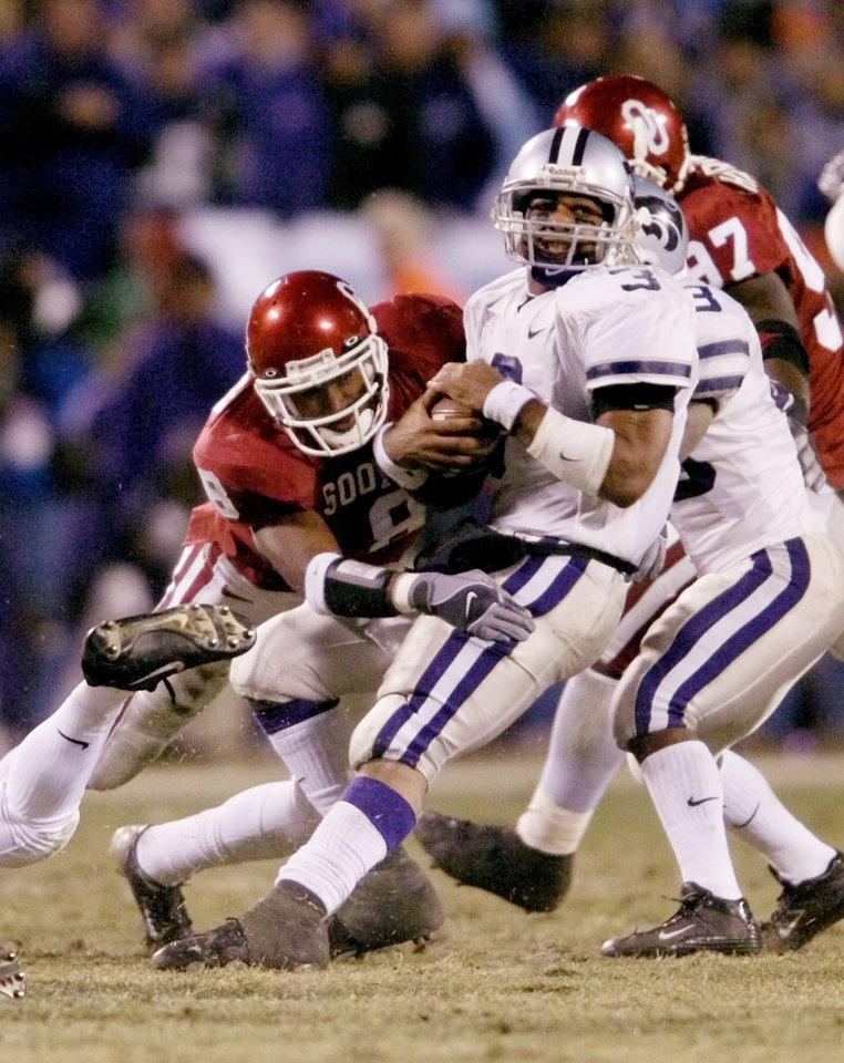 Kansas City, MO. USA.  Saturday, December 6, 2003:  Big 12 Championship College Football  Arrowhead Stadium, University of Oklahoma (OU) vs Kansas State University (KSU):  Ell Roberson is tackled by Donte Nicholson in the second quarter.  Staff photo by Steve Sisney.