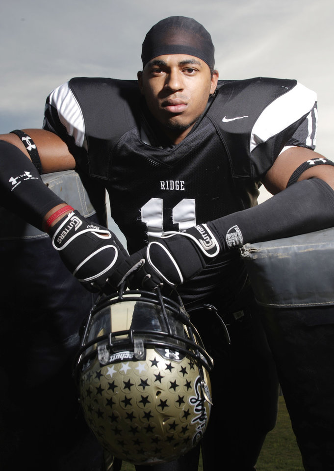 Photo - TEXAS HIGH SCHOOL FOOTBALL PLAYER: Fossil Ridge High School defensive lineman R.J. Washington (cq) is one of Star-Telegram's Elite 11 high school football recruits photographed on Tuesday, November 6, 2007. (Fort Worth Star-Telegram/Kelley Chinn) ORG XMIT: M0711191720380832 ORG XMIT: 0801312056510621