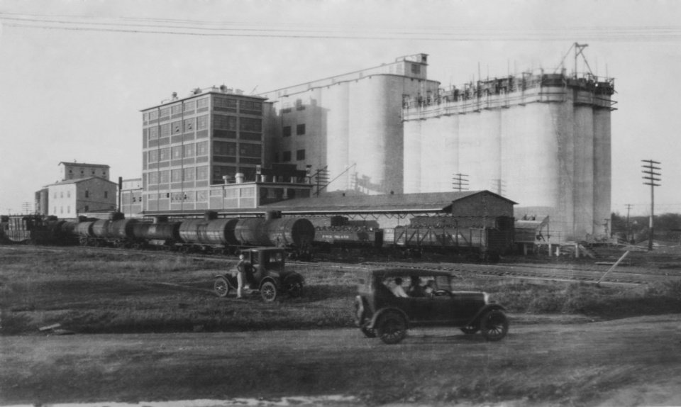 "STREET SCENES / AGRICULTURE BUSINESS / GRAIN ELEVATORS / TRAINS / RAILROADS:  ""El Reno Mill and Elev. Co."""