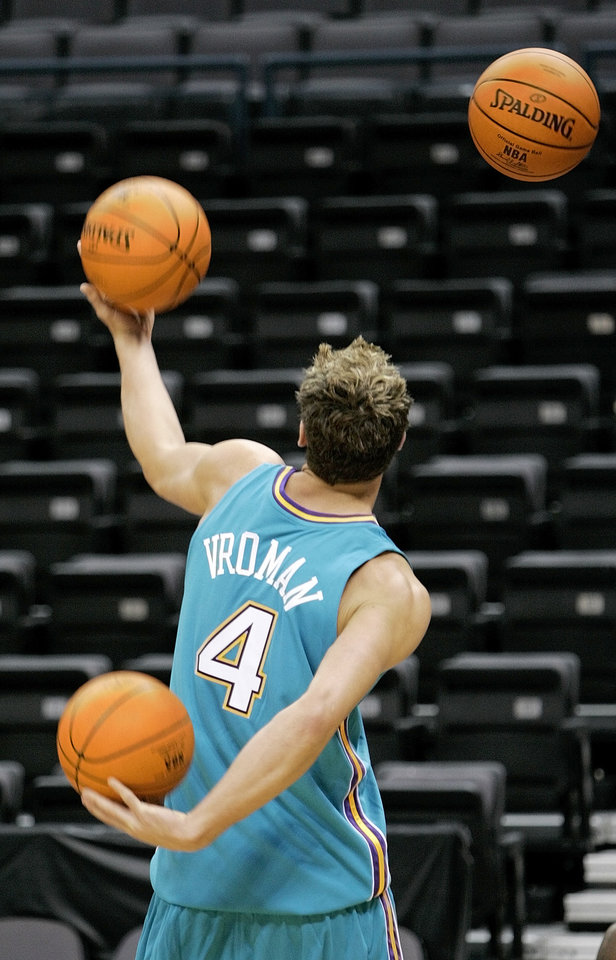 Photo - NBA BASKETBALL: Jackson Vroman (4) juggles basketballs during the NBA's New Orleans/Oklahoma City Hornets media day at the Ford Center, October 3, 2005. By Nate Billings/The Oklahoman