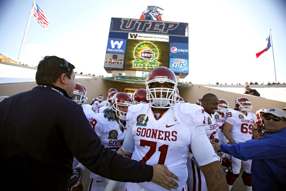 Photo - Oklahoma's Trent Williams (71) waits to go onto the field before the first half of the Brut Sun Bowl college football game between the University of Oklahoma Sooners (OU) and the Stanford University Cardinal on Thursday, Dec. 31, 2009, in El Paso, Tex.   Photo by Chris Landsberger, The Oklahoman