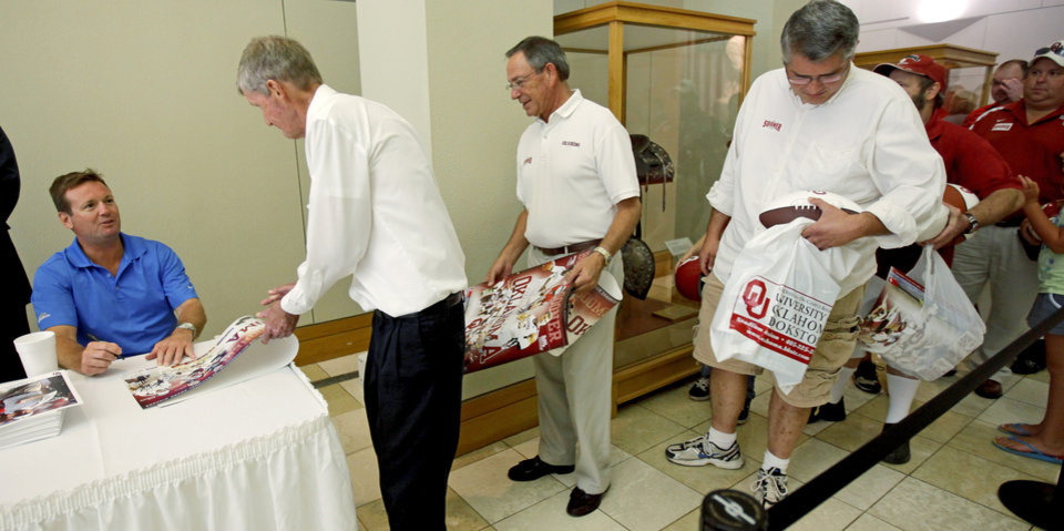 Photo - UNIVERSITY OF OKLAHOMA / COLLEGE FOOTBALL / CHILDREN / KIDS: A line of fans wait in line for OU football coach Bob Stoops during the 2009 Sooner Caravan stop at the National Cowboy & Western Heritage Museum in Oklahoma City, Thursday, August 6, 2009. Photo by Bryan Terry, The Oklahoman ORG XMIT: KOD