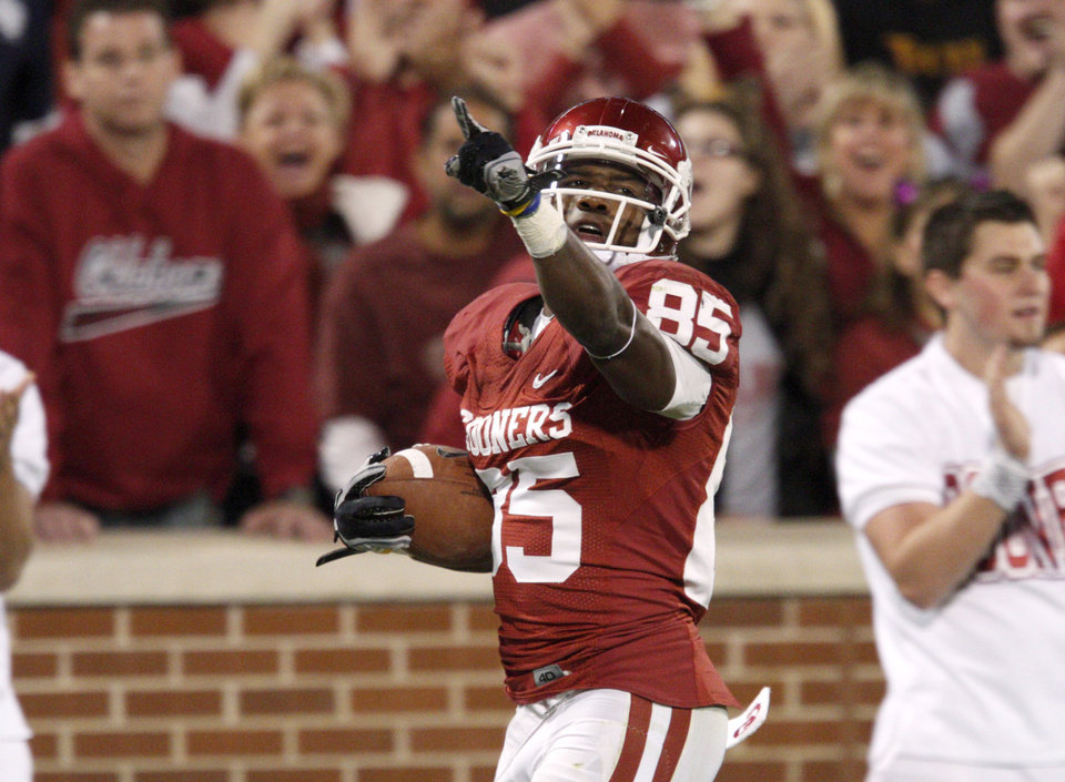 Photo - OU's Ryan Broyles celebrates an 81-yard touchdown pass during the college football game between the University of Oklahoma (OU) Sooners and the University of Colorado Buffaloes at Gaylord Family-Oklahoma Memorial Stadium in Norman, Okla., Saturday, October 30, 2010. Photo by Bryan Terry, The Oklahoman