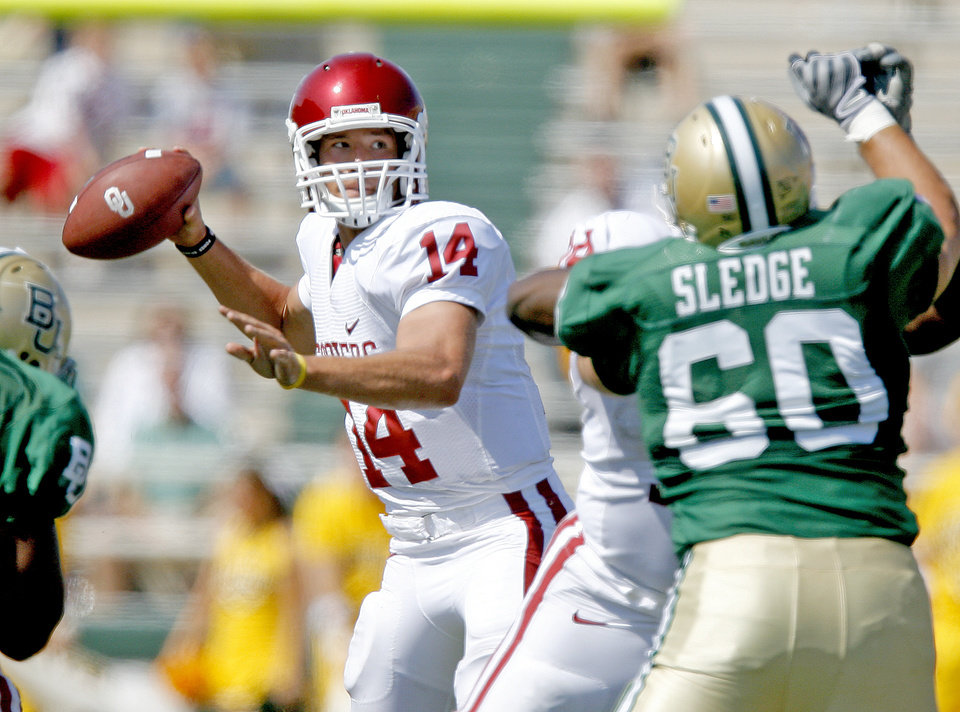 Photo - OU's Sam Bradford drops back to pass in the second half of the college football game between Oklahoma (OU) and Baylor University at Floyd Casey Stadium in Waco, Texas, Saturday, October 4, 2008.   BY BRYAN TERRY, THE OKLAHOMAN