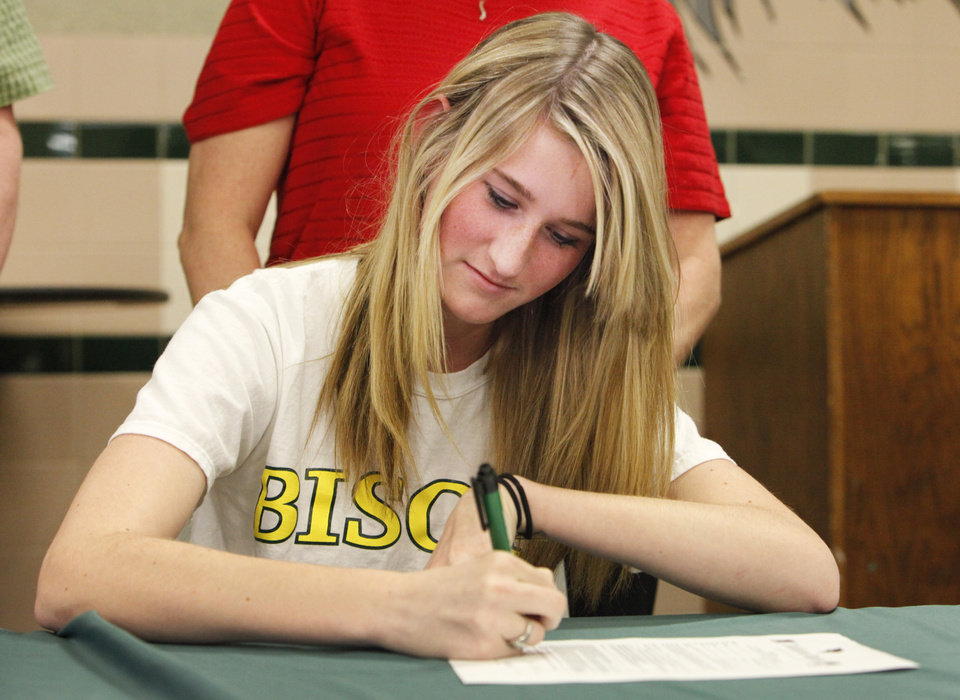 Photo - NATIONAL SIGNING DAY / SIGN / SIGNED: Edmond Santa Fe's Shannon Ray signs a track letter of intent, Wednesday, February 1, 2012.   Photo by David McDaniel, The Oklahoman