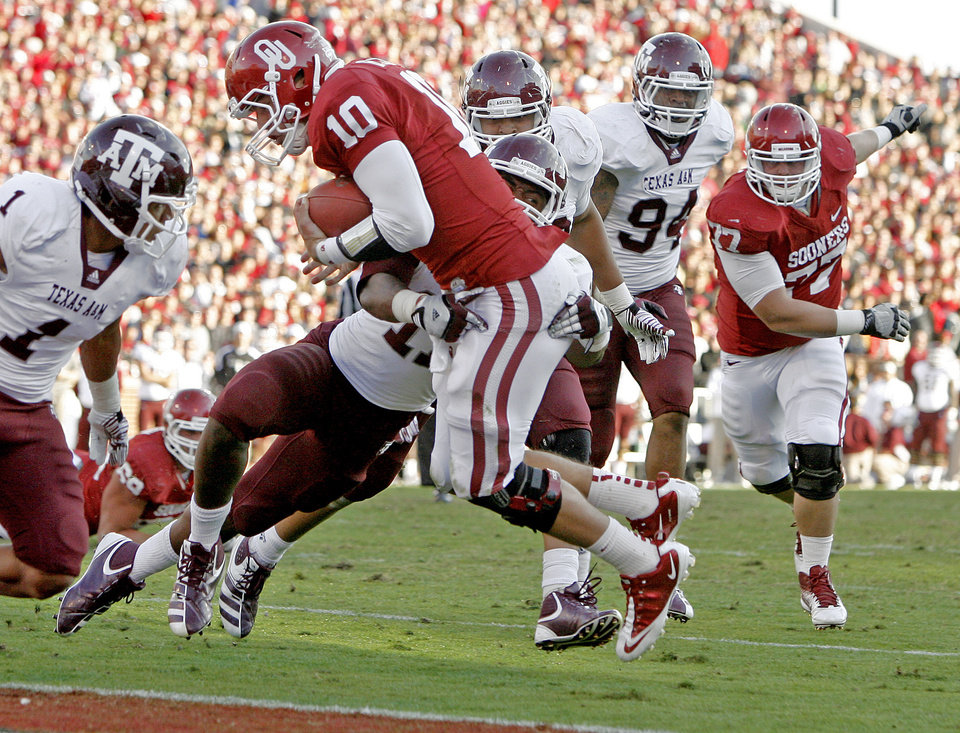 Photo - Oklahoma's Blake Bell (10) scores a touchdown in front of Texas A&M's Jonathan Stewart (11) during the college football game between the Texas A&M Aggies and the University of Oklahoma Sooners (OU) at Gaylord Family-Oklahoma Memorial Stadium on Saturday, Nov. 5, 2011, in Norman, Okla. Oklahoma won 41-25. Photo by Bryan Terry, The Oklahoman ORG XMIT: KOD
