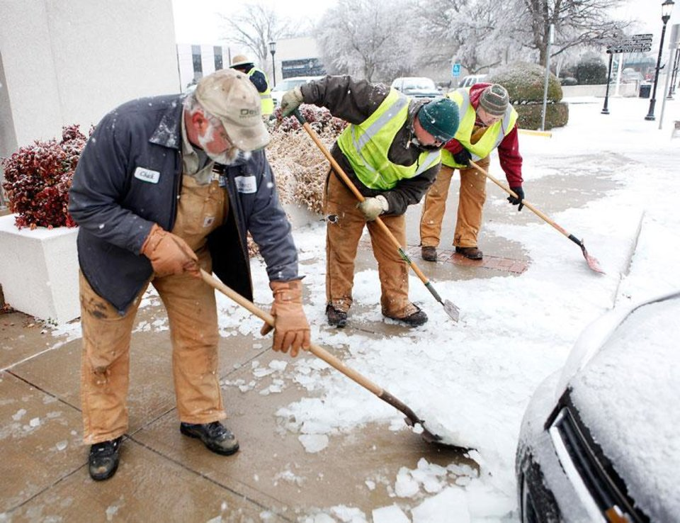 Photo -  City workers clear the sidewalks in downtown Edmond, Okla., Friday , January 29, 2010. Photo by David McDaniel, The Oklahoman