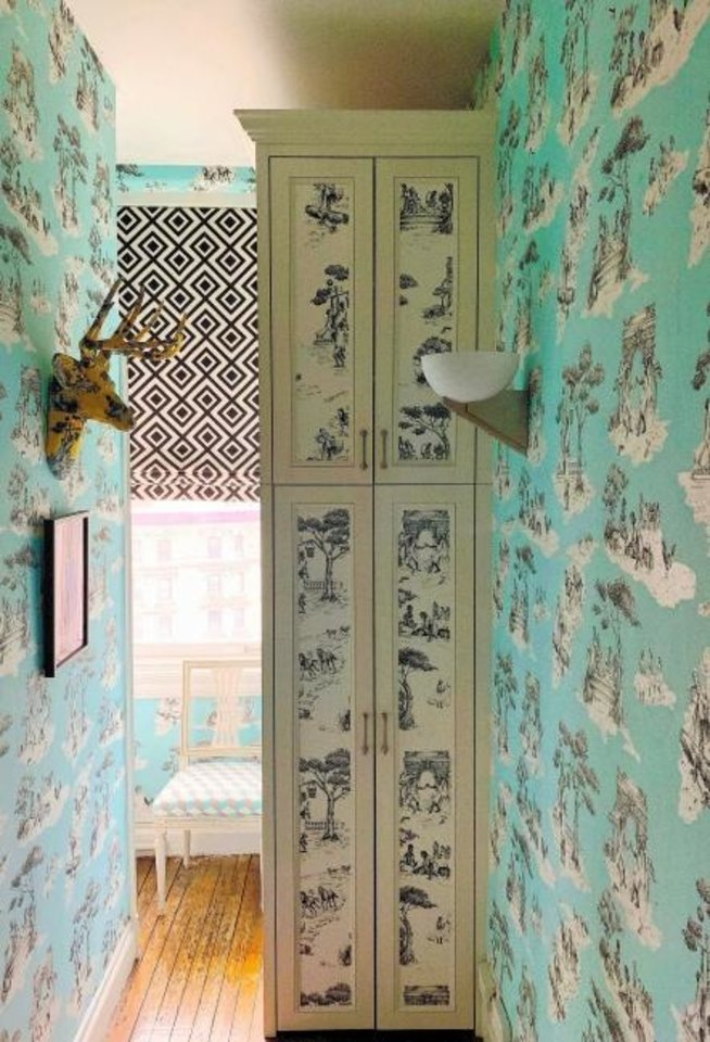 Photo - New York designer Sheila Bridges used her own Harlem Toile de Jouy wallpaper to bring some color into her tiny laundry area. MUST CREDIT: Sheila Bridges.