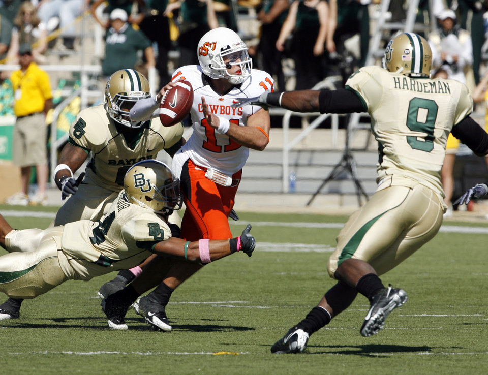 Photo - Zac Robinson is pressured but still completed this pass to tight end Cooper Bassett (89) during the college football game between Baylor University and Oklahoma State University (OSU) at Floyd Casey Stadium in Waco, Texas, on Saturday, Oct. 24, 2009.  Photo by Steve Sisney, The Oklahoman