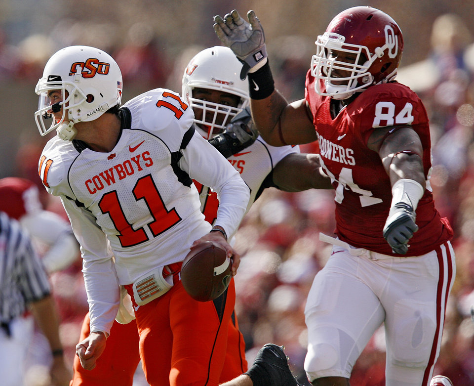 Photo - Oklahoma's Frank Alexander (84) chases down OSU's Zac Robinson (11) during the first half of the Bedlam college football game between the University of Oklahoma Sooners (OU) and the Oklahoma State University Cowboys (OSU) at the Gaylord Family-Oklahoma Memorial Stadium on Saturday, Nov. 28, 2009, in Norman, Okla.