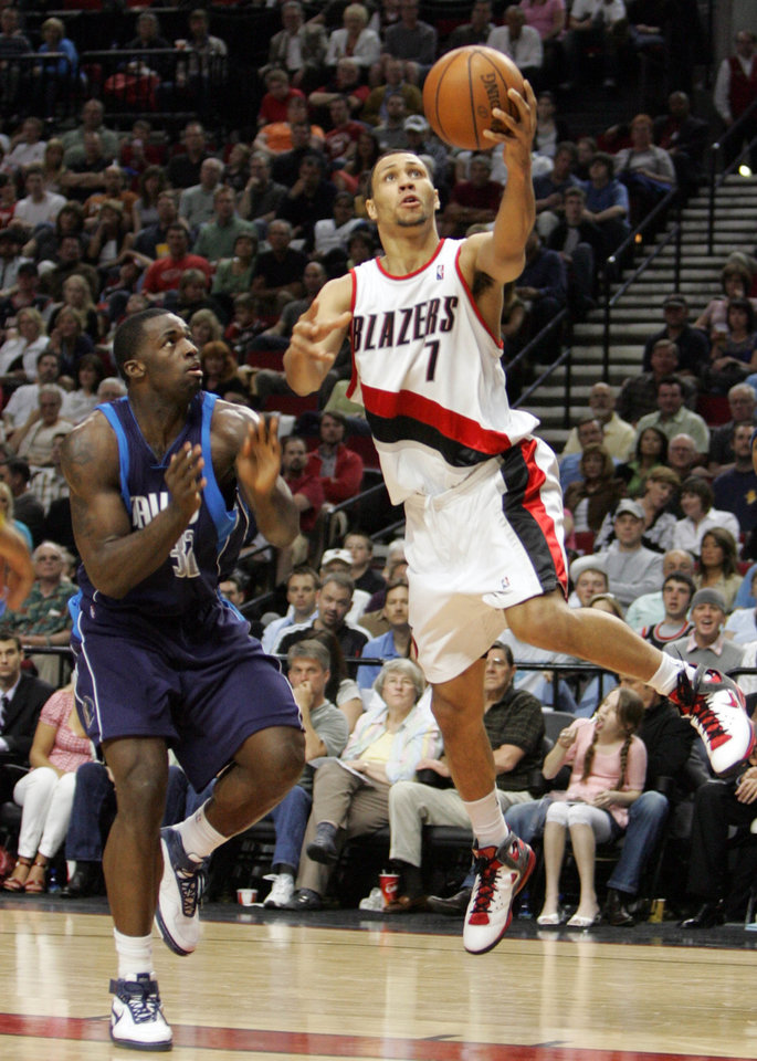 Photo - Dallas Mavericks Brandon Bass looks as Portland Trail Blazers Brandon Roy (7) drives to the basket in the second half of their NBA basketball game Saturday, April 12, 2008, at the Rose Garden, in Portland, Ore.  (AP Photo/Rick Bowmer) ORG XMIT: PDA107