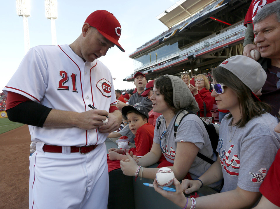 Photo - Cincinnati Reds' Todd Frazier (21) signs autographs before a baseball game with the Milwaukee Brewers, Saturday, May 3, 2014, in Cincinnati. (AP Photo/David Kohl)