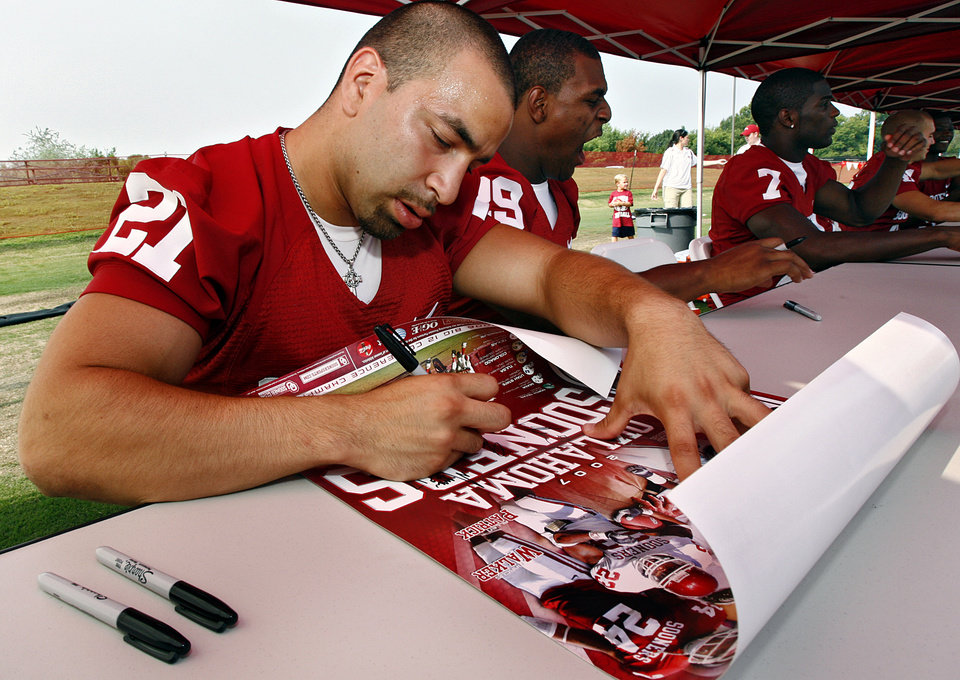 Photo - FAN APPRECIATION DAY, COLLEGE FOOTBALL: University of Oklahoma (OU) running back Jacob Gutierrez (21) signs autographs during the fans day to meet the players for 'Meet the Sooners' day on Friday, Aug. 3, 2007, in Norman, Okla.   staff photo by CHRIS LANDSBERGER  ORG XMIT: KOD