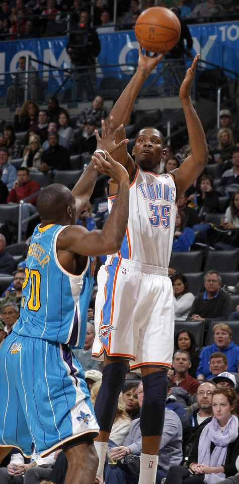 Photo - Oklahoma City's Kevin Durant (35) shoots the ball over New Orleans' Quincy Pondexter (20) during the NBA basketball game between the Oklahoma City Thunder and the New Orleans Hornets, Wednesday, Feb. 2, 2011 at the Oklahoma City Arena. Photo by Bryan Terry, The Oklahoman