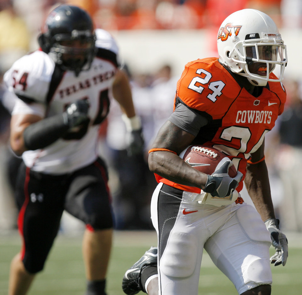 Photo - OSU's Kendall Hunter (24) runs for a touchdown in the second quarter of the college football game between the Oklahoma State University Cowboys (OSU) and the Texas Tech University Red Raiders (TTU) at Boone Pickens Stadium in Stillwater, Okla., on Saturday, Sept. 22, 2007. By NATE BILLINGS, The Oklahoman