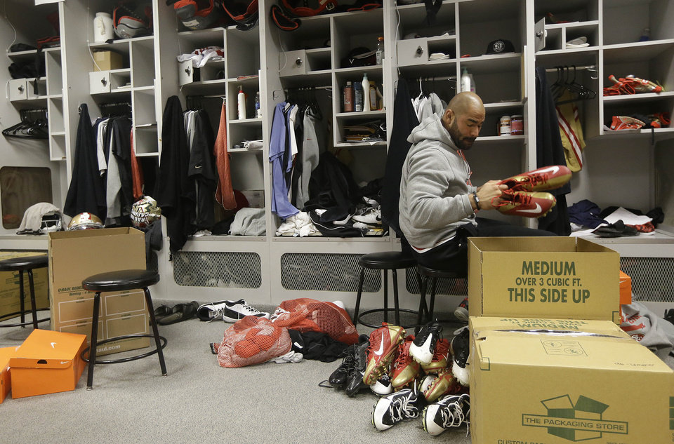 Photo - San Francisco 49ers linebacker Michael Wilhoite packs belongings from his locker at an NFL training facility in Santa Clara, Calif., Monday, Jan. 20, 2014. The 49ers lost to the Seattle Seahawks in the NFC Championship Game. (AP Photo/Jeff Chiu)