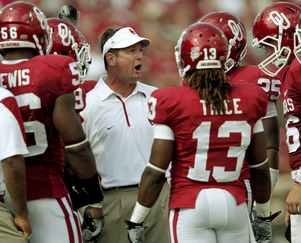 OU coach Bob Stoops talks with his team during the first half of the college football game between the University of Oklahoma Sooners (OU) and Air Force (AF) at the Gaylord Family-Oklahoma Memorial Stadium on Saturday, Sept. 18, 2010, in Norman, Okla.   Photo by Bryan Terry, The Oklahoman