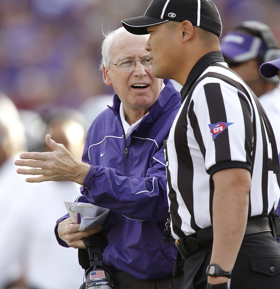Photo - Kansas State coach Bill Snyder argues with the official on a non call against Oklahoma during the college football game between the University of Oklahoma Sooners (OU) and the Kansas State University Wildcats (KSU) at Bill Snyder Family Stadium on Saturday, Oct. 29, 2011. in Manhattan, Kan. Photo by Chris Landsberger, The Oklahoman  ORG XMIT: KOD