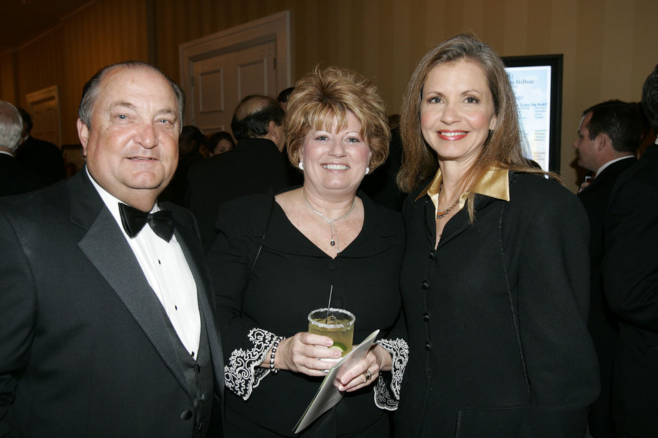 Photo - BENEFIT: Oklahoma City Councilman Gary Marrs, his wife, Judy Marrs, center, pose for a photo with Jenifer Reynolds, (Jenifer is CQ) during a reception at the Skirvin Hotel Grand Opening Gala, benefitting the Arts Council, Friday, May 4, 2007, in Oklahoma City. By Bill Waugh/The Oklahoman. ORG XMIT: KOD