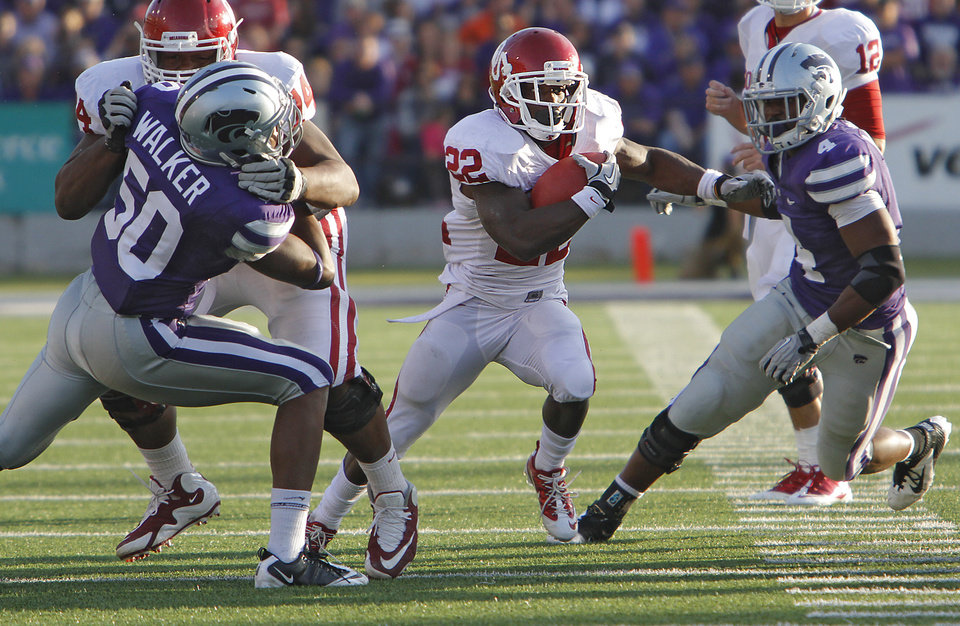Photo - Oklahoma Sooners' Roy Finch (22) runs between Kansas State Wildcats' Tre Walker (50) and Arthur Brown (4) during the college football game between the University of Oklahoma Sooners (OU) and the Kansas State University Wildcats (KSU) at Bill Snyder Family Stadium on Sunday, Oct. 30, 2011. in Manhattan, Kan. Photo by Chris Landsberger, The Oklahoman  ORG XMIT: KOD