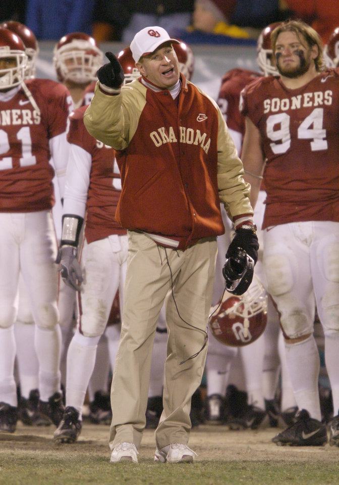 Kansas City, MO. USA.  Saturday, December 6, 2003:  Big 12 Championship College Football  Arrowhead Stadium, University of Oklahoma vs Kansas State University (KSU):   OU's co-defensive coordinator (Arizona head coach) Mike Stoops farewell.  Staff photo by Steve Sisney.