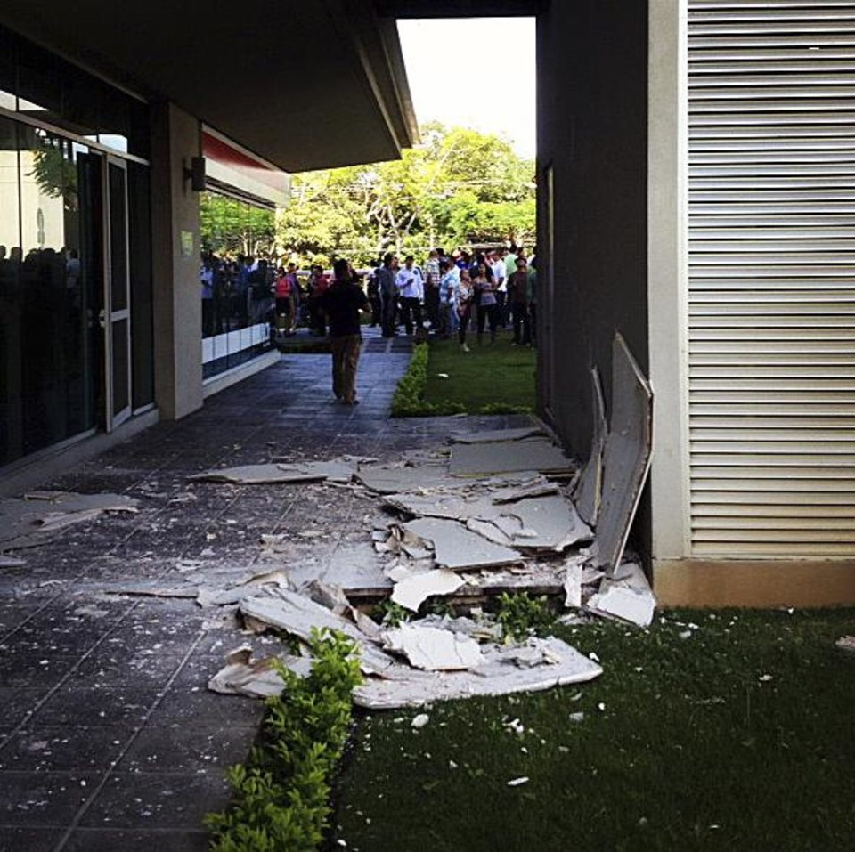 Photo -   This photo posted to an Instagram account belonging to a person identified as Jose Pablo Pineda, an eyewitness at the scene, shows damage at an office building in San Jose, Costa Rica after an earthquake struck Wednesday, Sept. 5, 2012. A powerful, magnitude-7.6 earthquake shook Costa Rica and a wide swath of Central America on Wednesday. (AP Photo/Jose Pablo Pineda via Instagram)