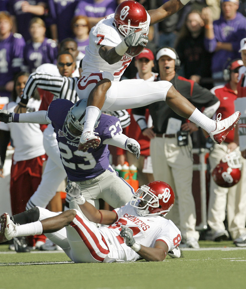 OU's DeMarco Murray (7) leaps over KSU's Ray Cheatham (23) and Sooner Quentin Chaney (84) in the second quarter during the college football game between the University of Oklahoma (OU) Sooners and the Kansas State University (KSU) Wildcats at Bill Snyder Family Stadium in Manhattan, Kansas, Saturday, October 25, 2008. BY NATE BILLINGS, THE OKLAHOMAN  ORG XMIT: KOD