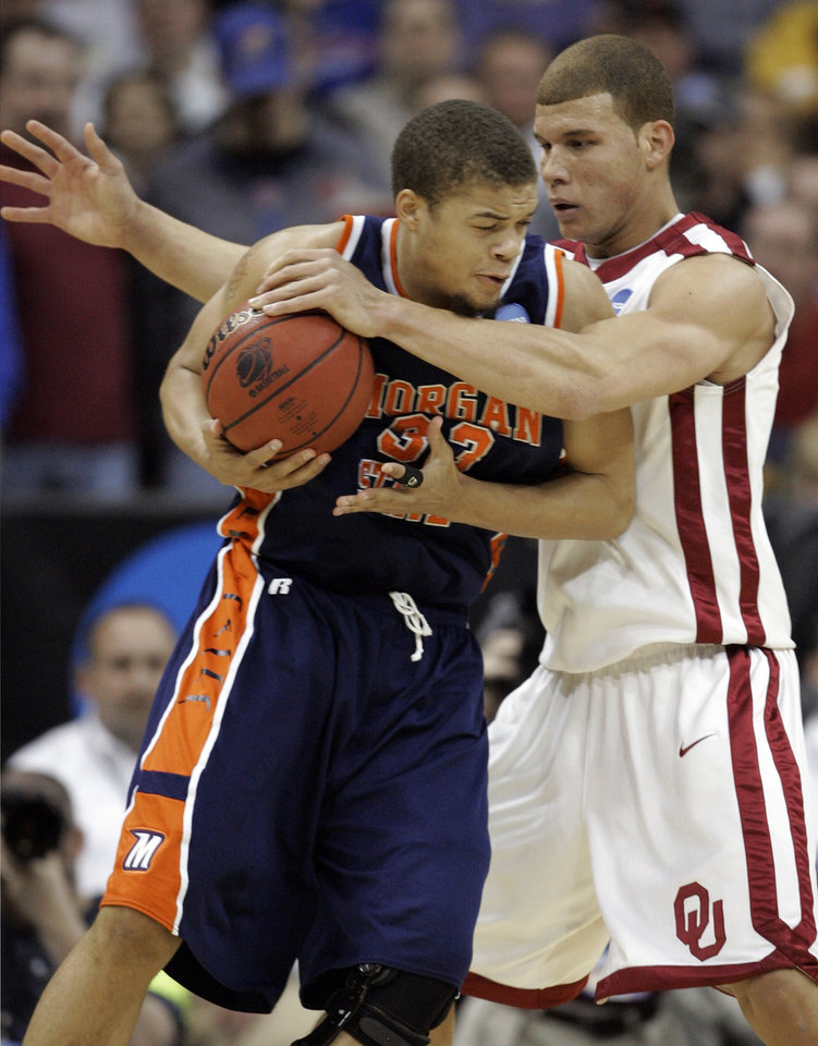 Photo - UNIVERSITY OF OKLAHOMA / OU / NCAA TOURNAMENT: Oklahoma's Blake Griffin, right, gets a hand on the ball as Morgan State's Kevin Thompson (33) tries to work the ball around him in the first half during a first-round men's NCAA college basketball tournament game in Kansas City, Mo., Thursday, March 19, 2009. (AP Photo/Orlin Wagner) ORG XMIT: KCS151