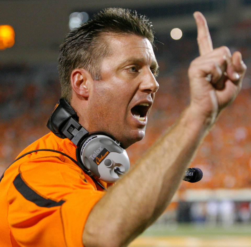 Photo - Head coach Mike Gundy yells at a referee in the fourth quarter during the Oklahoma State University (OSU) college football game with the University of Houston (UH) at Boone Pickens Stadium Saturday, Sept. 6, 2008 in Stillwater, Okla. BY MATT STRASEN, THE OKLAHOMAN. ORG XMIT: KOD