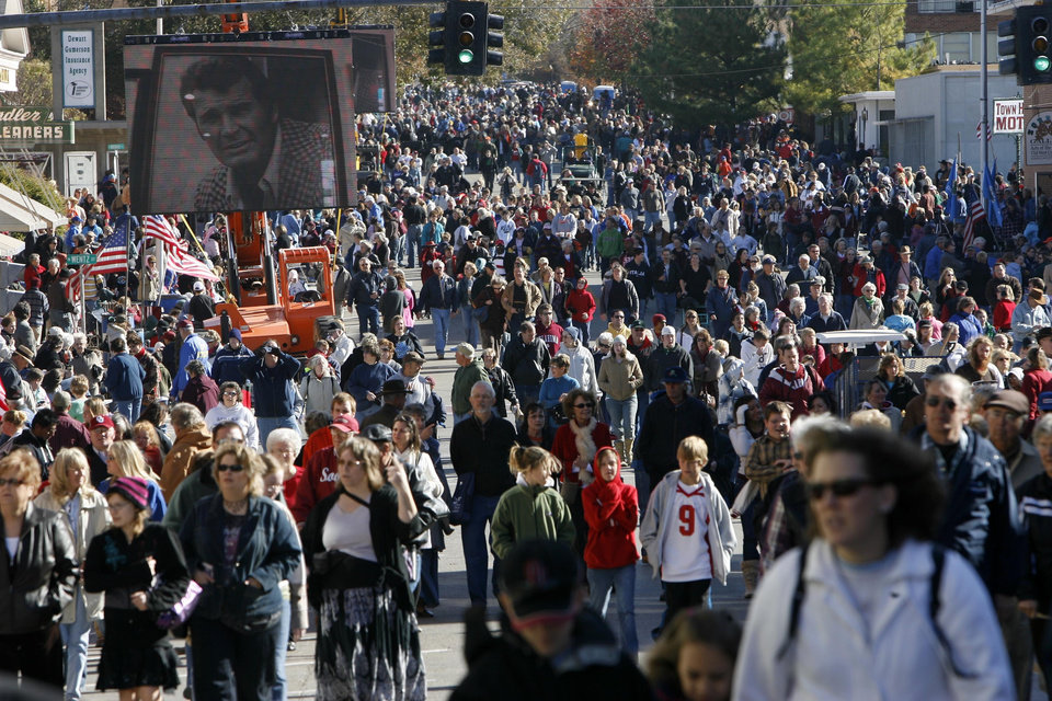 Photo - Crowds fill Oklahoma Avenue in preparation for the Centennial Parade, during the Centennial Day celebrations in Guthrie, OK, Thursday, Nov. 16, 2007. By Paul Hellstern / The Oklahoman