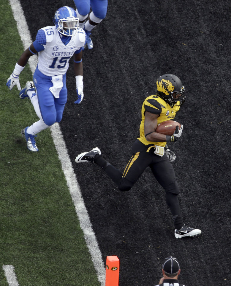 Photo -   Missouri running back Marcus Murphy, right, runs into the end zone past Kentucky cornerback J.D. Harmon for a 9-yard touchdown during the second half of an NCAA college football game Saturday, Oct. 27, 2012, in Columbia, Mo. (AP Photo/Jeff Roberson)