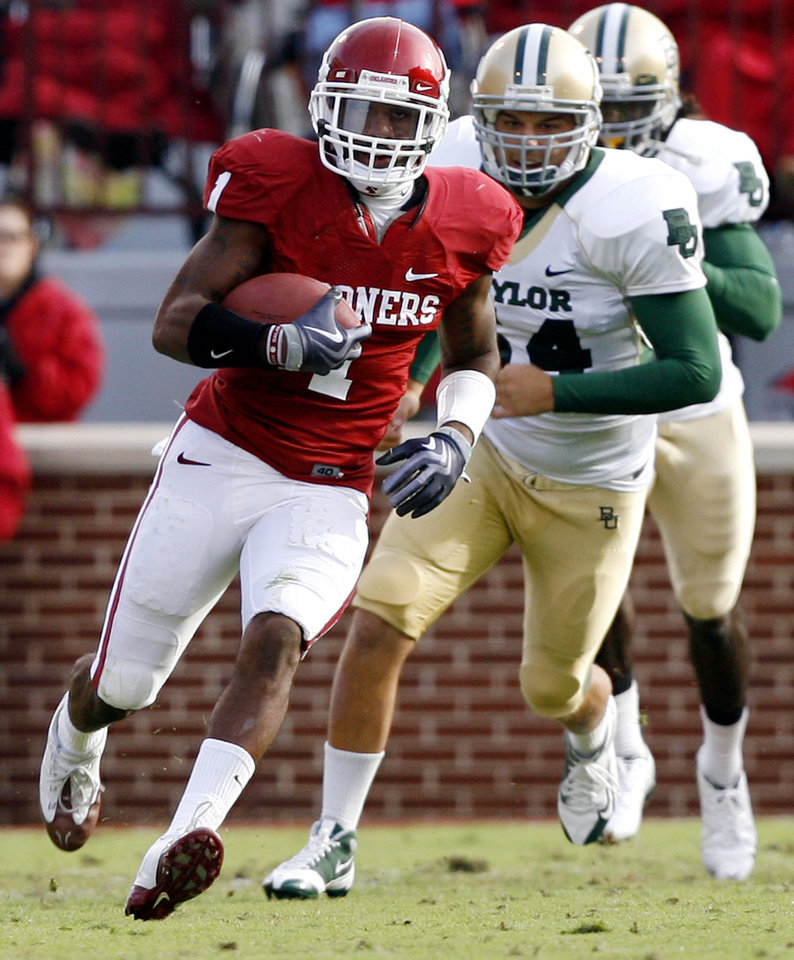 Photo - Oklahoma's Dominique Franks (1) returns a kick during the second half of the college football game between the University of Oklahoma Sooners (OU) and the Baylor University Bears at Gaylord Family-Oklahoma Memorial Stadium on Saturday, Oct. 10, 2009, in Norman, Okla. 