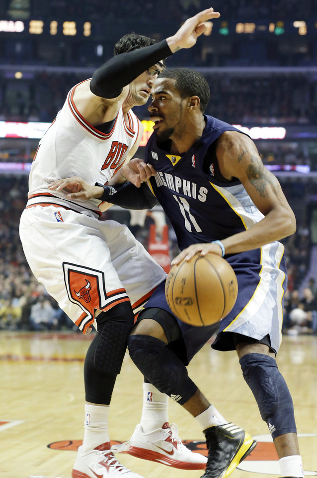 Memphis Grizzlies guard Mike Conley, right, drives to the basket as Chicago Bulls guard Kirk Hinrich guards during the first half of an NBA basketball game in Chicago on Saturday, Jan. 19, 2013. (AP Photo/Nam Y. Huh)