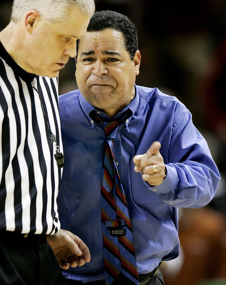 Photo - Norman, Okla. - January 22, 2005. University of Oklahoma Sooners (OU) vs. University of Texas (UT) men's college basketball in Lloyd Noble Center. OU's coach Kelvin Sampson lets the referee know he didn't like a call against Texas in Saturday afternoon's game in Norman. By Ty Russell/The Oklahoman