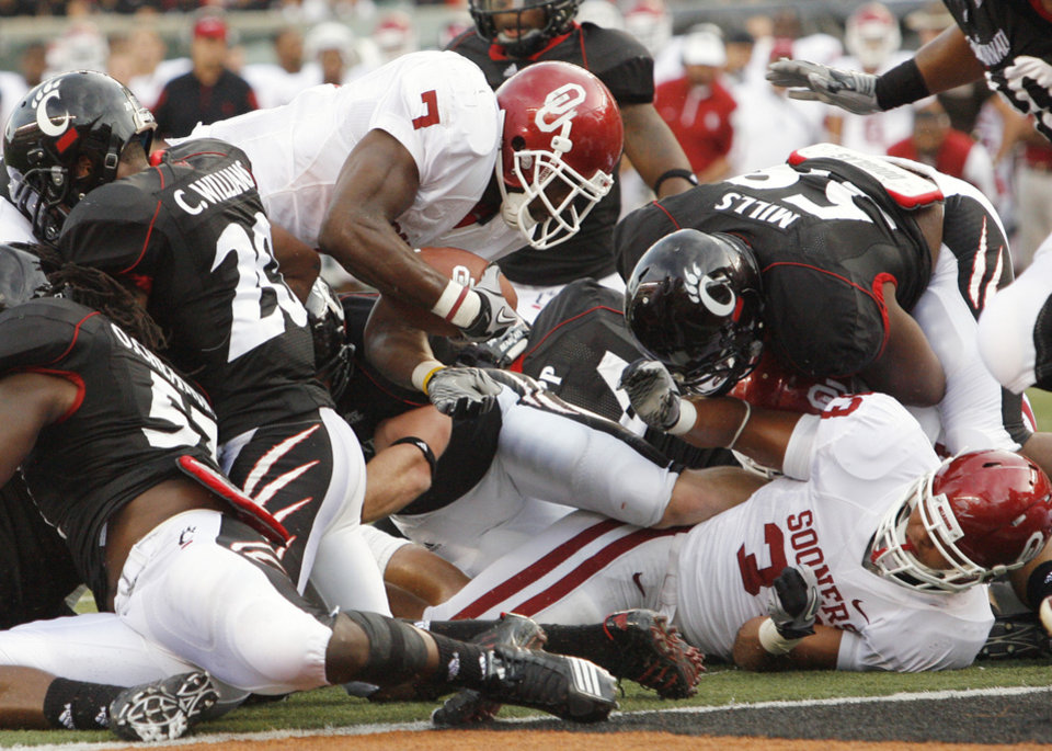 Photo - DeMarco Murray (7) scores during the first half of the college football game between the University of Oklahoma Sooners (OU) and the University of Cincinnati Bearcats (UC) at Paul Brown Stadium on Saturday, Sept. 25, 2010, in Cincinnati, Ohio.   Photo by Steve Sisney, The Oklahoman